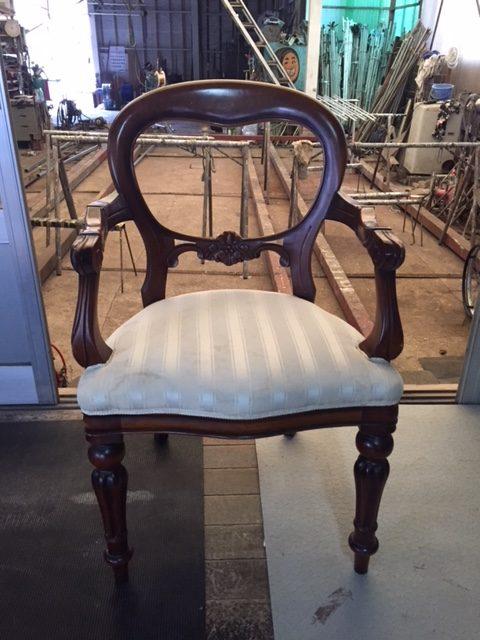 アンティーク風な椅子の張替えをさせていただきました。