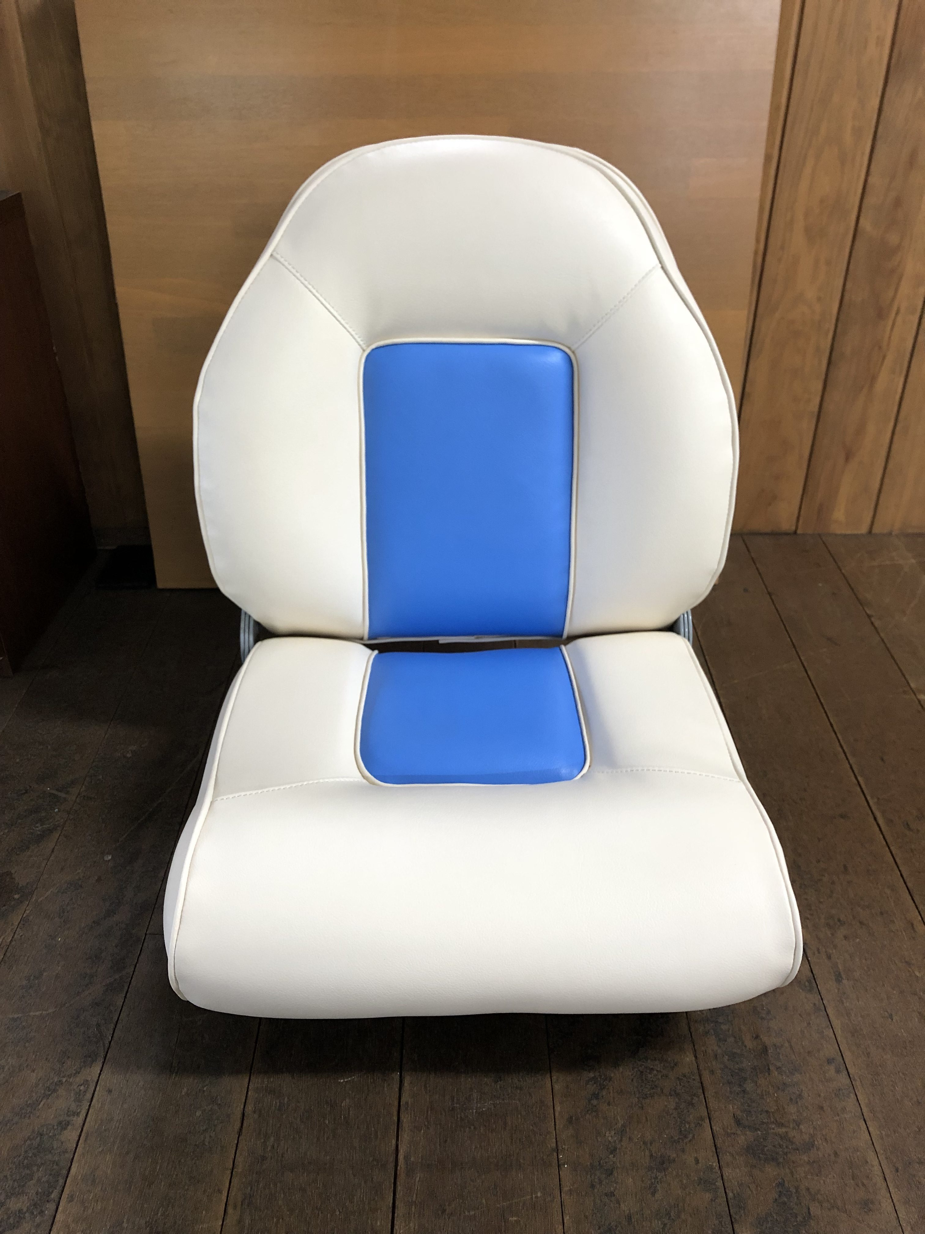 大分県津久見市 船(プレジャーボート)の椅子を張替えをいたしました。