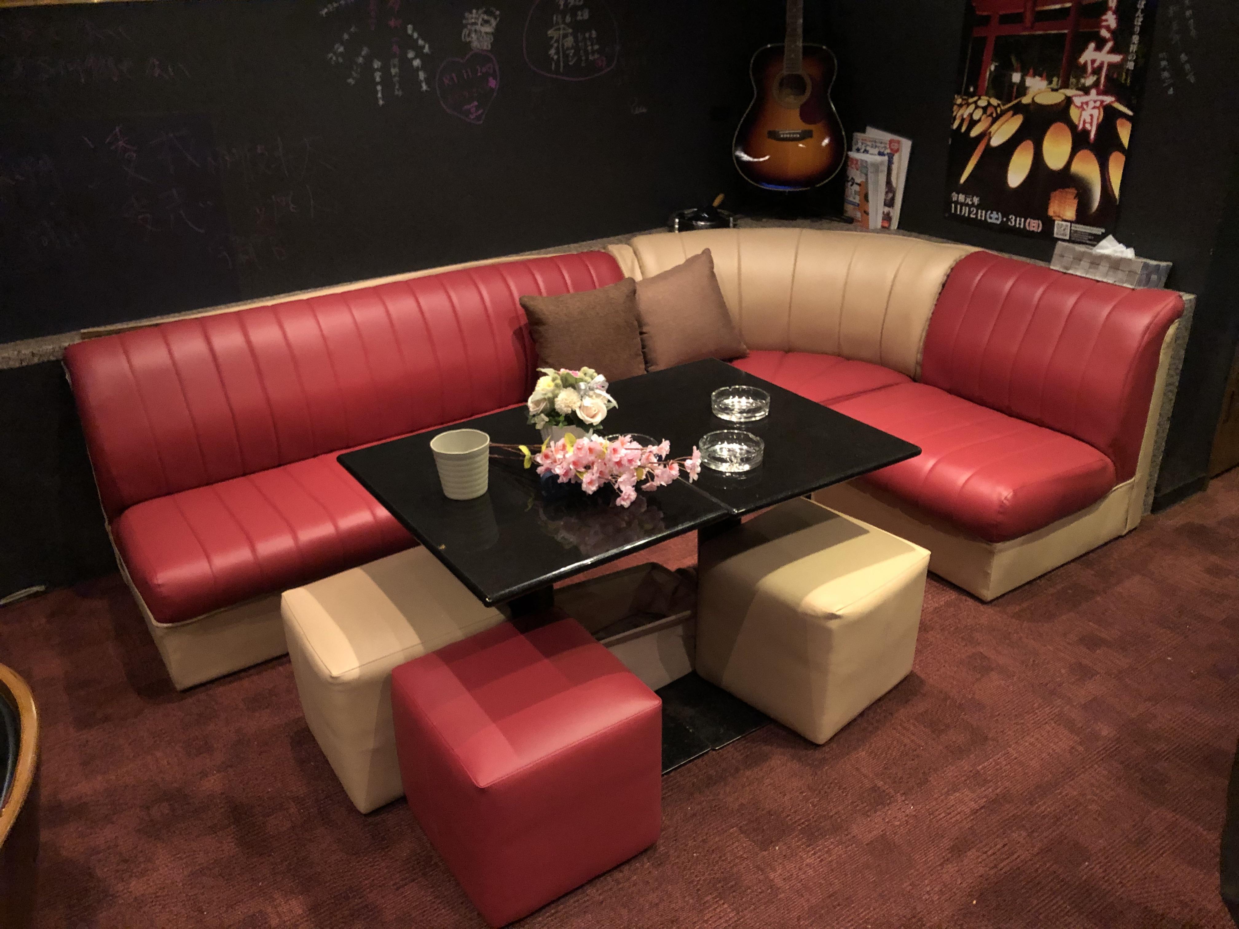 大分県臼杵市 スナック鈴様 ソファーを張替えさせていただきました。