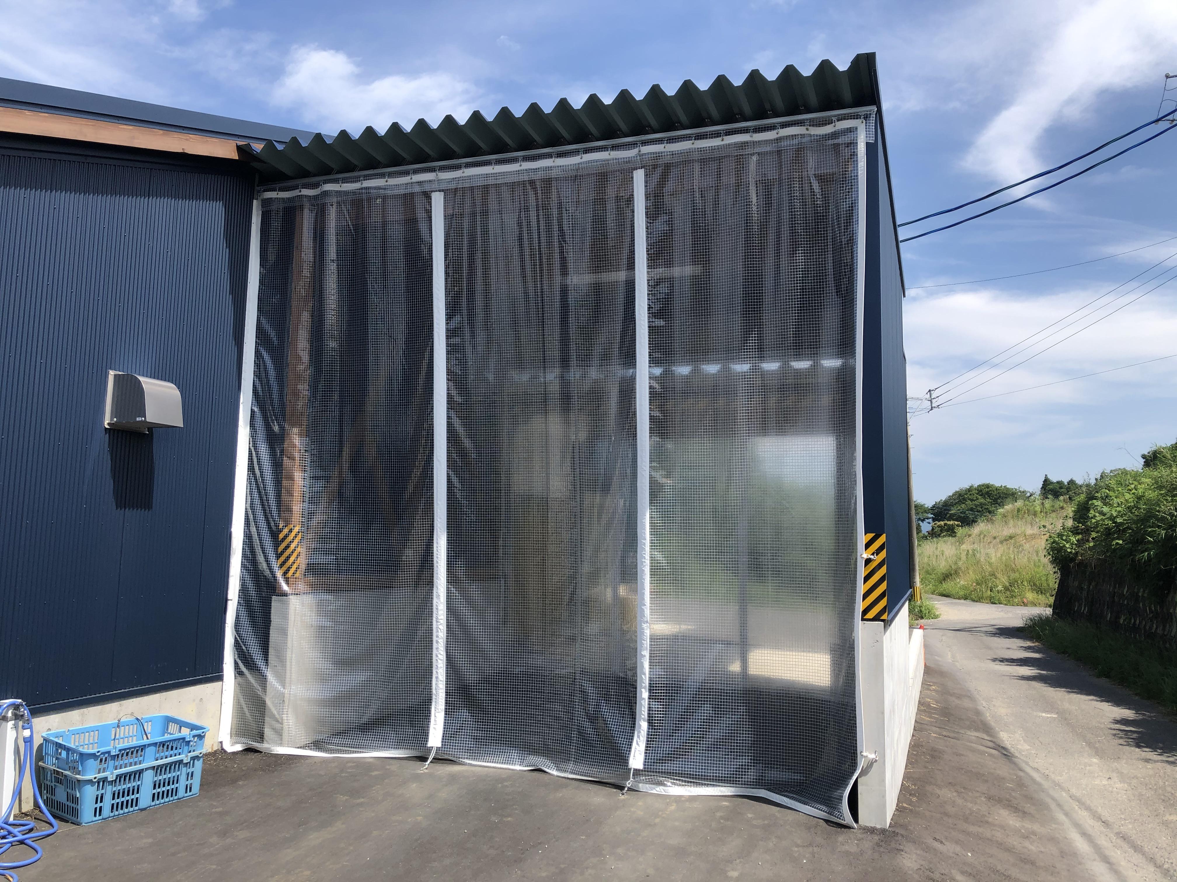 大分県杵築市と大分市内で糸入りビニールカーテンを施工致しました。