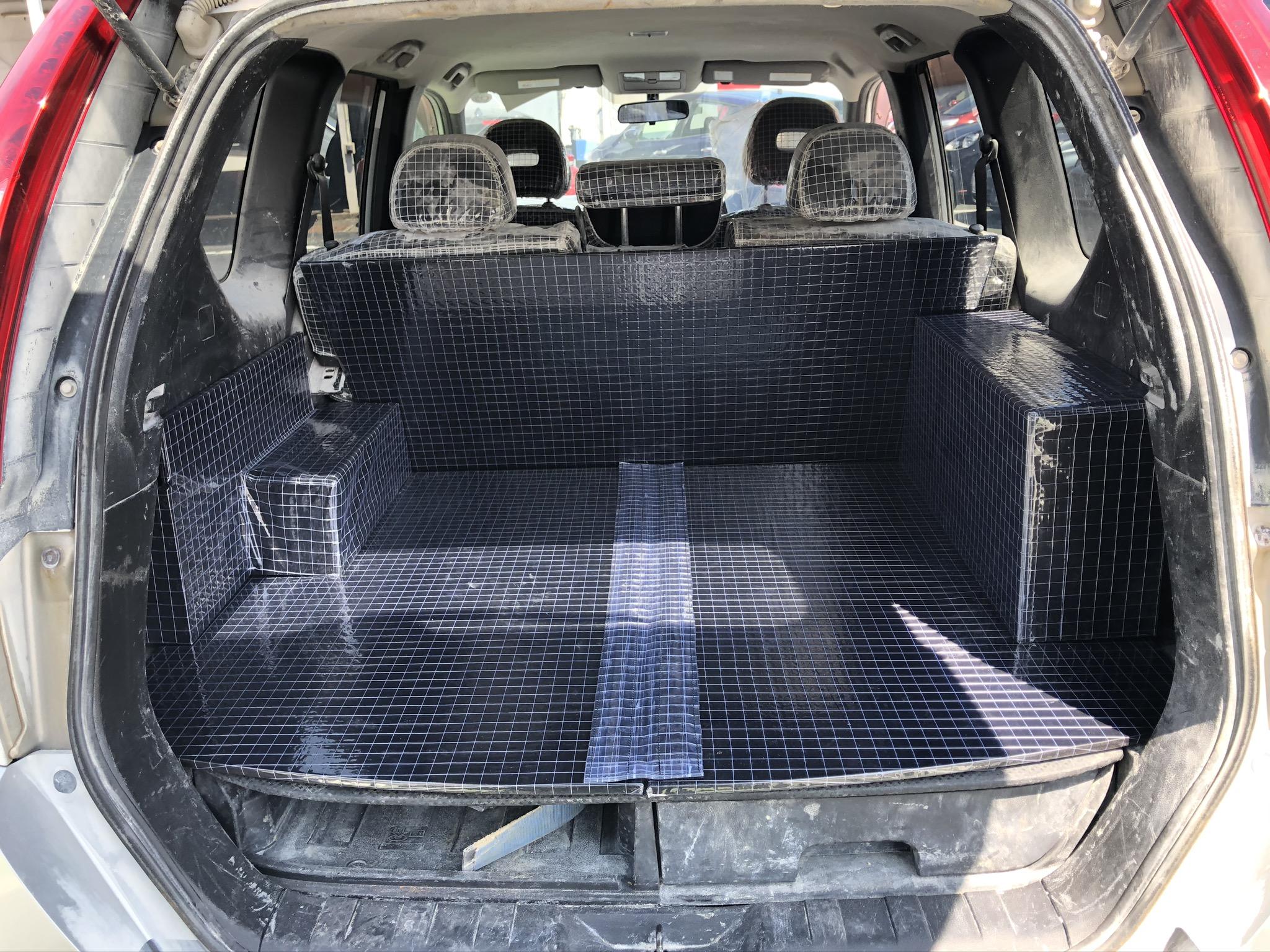 日産X-TRAILの荷台に合わせてボード加工し耐油ビニールにて覆い、取付を致しました。