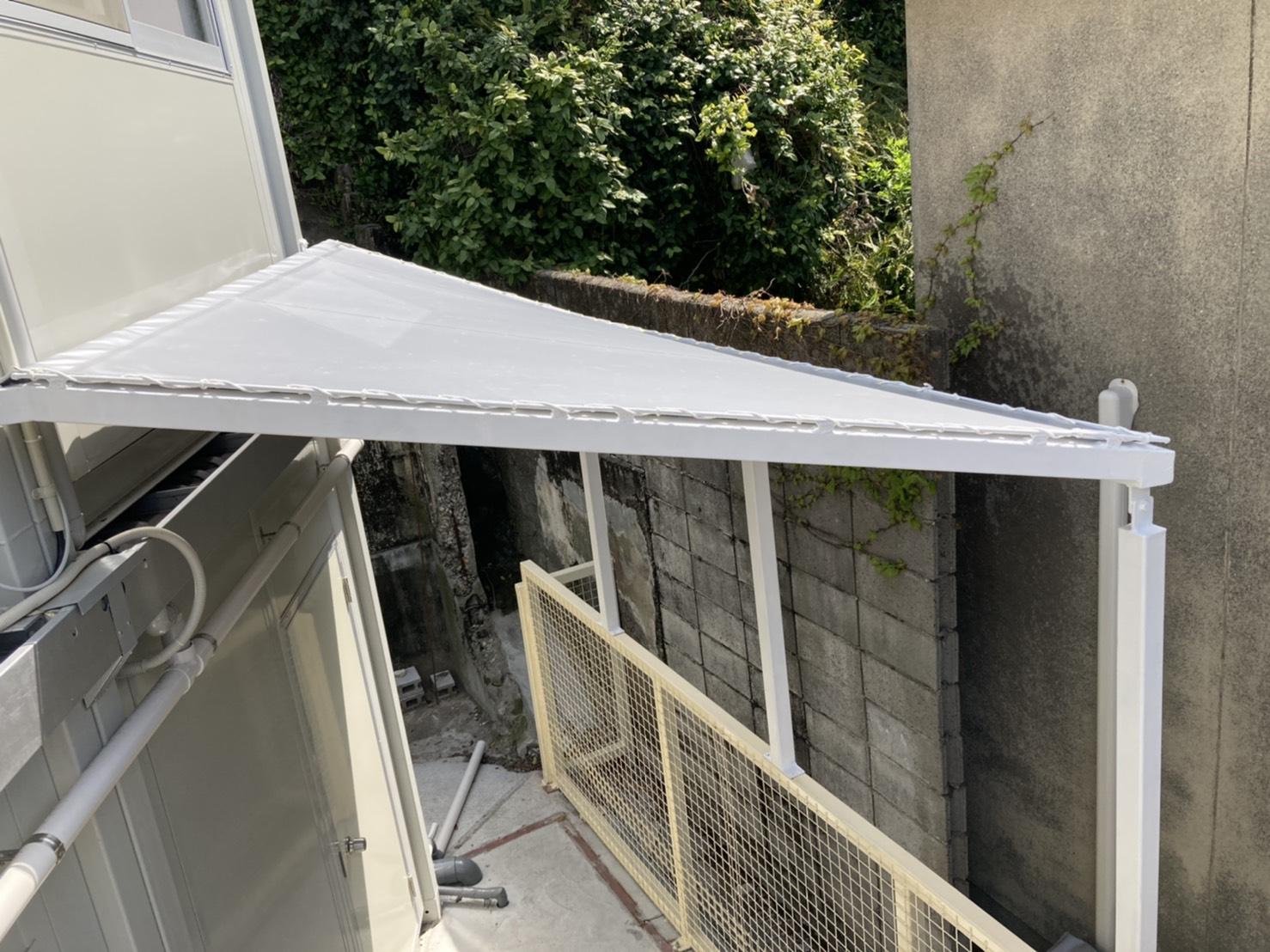 大分県 佐賀関 事務所勝手口に雨避けテントを設置致しました。